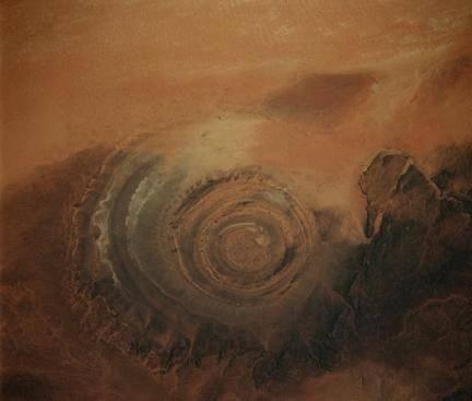 Tọa độ 21° 3'30.26″N, 11°21'34.88″W, thuộc nước Mauritania, Bắc Phi. Đường kính khoảng 45km.