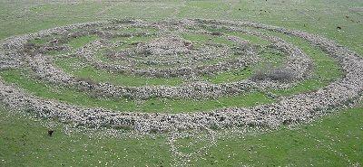Gilgal Refaim, chấm màu đen ở dưới bên trái hình là một người đang đứng dang rộng đôi tay